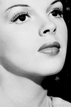 Judy Garland ~ The Clock, 1945 Old Hollywood Movies, Old Hollywood Stars, Hollywood Icons, Old Hollywood Glamour, Golden Age Of Hollywood, Vintage Hollywood, Classic Hollywood, Look Vintage, Vintage Glamour