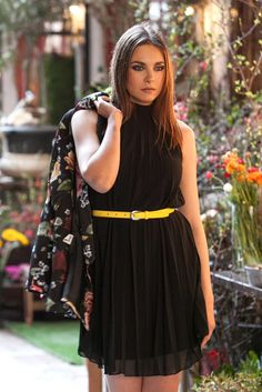 23f959834fd3 Φόρεμα πλισέ μαύρο με διαφάνεια και χαμηλό ζιβάγκο
