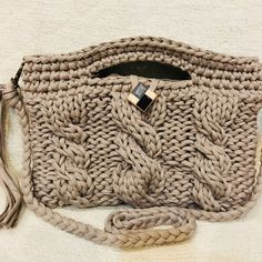 大流行のズパゲッティというアップサイクルの糸で編みました。落ち着いたベージュに、縄の模様編みが大人っぽい仕上がりになりました。ショルダーは取り外しが出来ます。持ち手を持ってトートバッグ、持ち手の穴に腕を通してクラッチにと使い分けられます。中は長財布が入り...