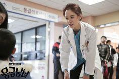 """Emergency Couple"": Choi Jin Hyuk, Song Ji Hyo, & Clara The Hospital Interns   Couch Kimchi"