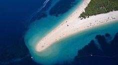 Zlatni Rat, Croácia Uma praia que muda de acordo com o vento e as correntezas. Localizada em na ilha de Brac, na costa da Croácia, Zlatni Rat (que significa Ponta de Ouro) pode ter a sua forma alterada no próprio dia. A região, de águas claras, foi descoberta pelo turismo após a queda do regime comunista