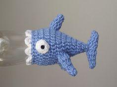 """Un modèle de petit bonnet en forme de requin à crocheter pour l'opération """"Mets ton bonnet"""" des smoothies Innocent."""