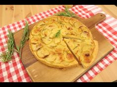 Focaccia de batata rápida: pronta em 5 minutos! - YouTube Mini Pizzas, Apple Pie, 1, Ethnic Recipes, Desserts, Youtube, One Teaspoon, Rosemary Potatoes, Salads