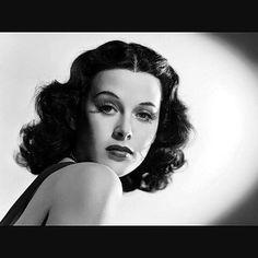 """Hoy es el 101 aniversario del nacimiento de Hedy Lamarr conocida como """"la mujer más hermosa de la historia del cine"""" Actriz inventora e ingeniera de telecomunicaciones. Inventora de la 1ra versión del espectro ensanchado técnica para transmisión de datos digitales y por radiofrecuencia.  #ladyOfTheTropics #cenizasdeamor #SansonyDalila #hedyLamarr (1914-2000)"""