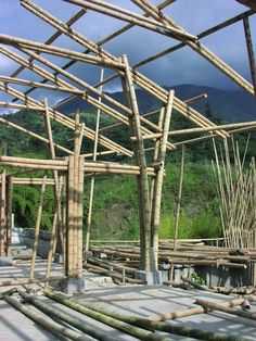 Pilar em V para estruturas leves Bamboo Sofa, Bamboo Art, Bamboo Crafts, Metal Barn Homes, Metal Building Homes, Pole Barn Homes, Bamboo Poles, Bamboo Fence, Bamboo Architecture