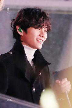 Image uploaded by ɢᴏʟᴅᴇɴ ɪᴅᴏʟ⁷. Find images and videos about bts, jungkook and v on We Heart It - the app to get lost in what you love. Daegu, Foto Bts, Bts Suga, Jhope, K Pop, V Smile, V And Jin, Young K, V Bts Wallpaper