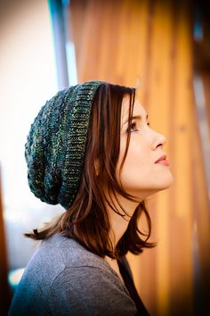 This is a textured slouchy hat pattern designed for a great luxury skein of worsted weight and tonal varieties. Gin and Tonic / Fairy Lights hat Loom Knitting, Knitting Patterns Free, Free Knitting, Free Pattern, Crochet Patterns, Hat Patterns, Beginner Knitting, Knitting Needles, Yarn Projects