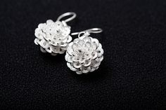Fijn zilver filigraan oorringen-Flower Dangle Oorbellen-zilver filigraan oorringen door Cnjel01 op Etsy https://www.etsy.com/nl/listing/269239423/fijn-zilver-filigraan-oorringen-flower