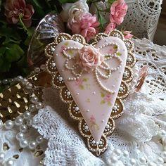 #gingerbreadart #keepsake #gifts #decoratedcookies #royalicingcookies #cookielove #gingerbread #intricatelyhandpipedcookies #hearts #lace #roses #pink #mothersday #bridalshower #wedding #cookieart #designercookies #customcookies #valentine #valentine cookies