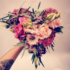 Un très joli bouquet de fleurs variées en forme de coeur pour la Saint Valentin Bouquet Saint Valentin, Art Floral, Floral Wreath, Wreaths, Valentines Flowers, Valentines Day Hearts, Heart Shapes, Furniture, Weddings