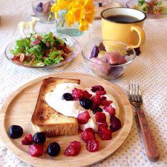 朝ごはん。シナモントーストに夏みかんホイップ&ベリー、ベーコンといちじく入りグリーンサラダ、など。