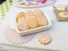 Hey, I found this really awesome Etsy listing at https://www.etsy.com/jp/listing/196827623/iced-cookies-on-tray-arabesque-swirls