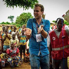 @wijnand3fm test een installatie voor schoon drinkwater in Ivoorkust. Een land waar veel jonge kinderen sterven aan longontsteking. Wereldwijd sterven er elk jaar meer dan 900.000 jonge kinderen aan longontsteking. Met de juiste behandeling en goede informatie zijn deze kinderen eenvoudig te redden. 3FM Serious Request 2016 vraagt aandacht voor deze stille ramp. Foto door @sachafotograaf
