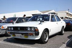 絶好のオープン日和のなか、ツーリングに出発する3台。先頭から4名フル乗車の1970年「ダイハツ・コンパーノ・スパイダー」、1966年「ホンダS600」、そして1960年「トライアンフTR-3」。