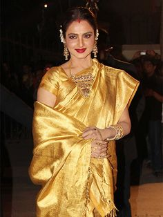 Filmfare Awards 2014 Rekha always love her in the silk Saree and south jewelry Rekha Saree, Banarsi Saree, Kanjivaram Sarees, Silk Sarees, Saris, Lehenga Blouse, Sari Silk, Indian Dresses, Indian Outfits
