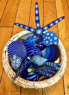 Get inspired with 20 painted sea shell crafts and shell designs. It's easy to decorate your favorite shells and turn them into beautiful shell art. Sea Crafts, Rock Crafts, Nature Crafts, Diy And Crafts, Arts And Crafts, Crafts With Seashells, Decor Crafts, Beach Themed Crafts, Blue Crafts