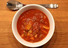 En av de suppene som har fått ligge på vent i suppeserien ungarsk gulasj. Vi måtte bare komme litt mer i sesong. For hva smaker vel bedre enn en god kraftig varm suppe når det er som kaldest i januar. Nå er det jo nesten tropevarme i år, men skulle de bli en kald senvinter har man i det minste d Thai Red Curry, Chili, Soup, Dinner, Cooking, Ethnic Recipes, Dining, Kitchen, Chile