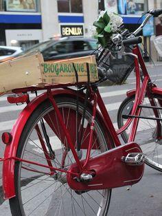 Vélo rouge à Paris.
