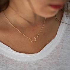 Très joli collier simple, fin et discret en plaqué or Matériaux utilisés : Plaqué Or Très joli collier fin en argent massif 925 avec 2 ronds. Longueur réglable. Fermoir ressort. Le diamètre du grand rond est de 1,3cm et 9mm pour le petit.