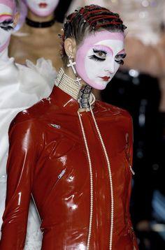 Christian Dior by John Galliano, Ready-to-wear Fall 2003 show, model Kasia Pysiak. Vintage Fashion 1950s, Vintage Dior, Victorian Fashion, Vintage Hats, Galliano Dior, John Galliano, Moschino, Givenchy, Latex