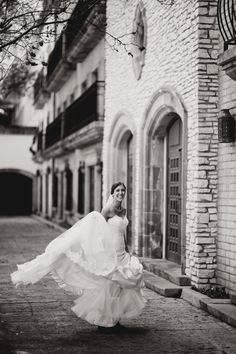 Using an interesting background brings a nice depth to your photos #weddings #photography #inspiration