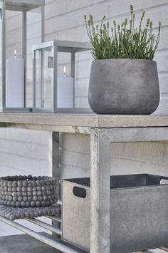 Arbetsbord för trädgårdsmiljön. Skapa ett arbetsyta i anslutning till grillen där du kan tillaga och arbeta ute under härliga sommardagar.