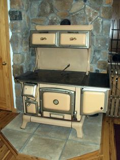 1091: early 1900 cast iron wood burning cook stove, qui on