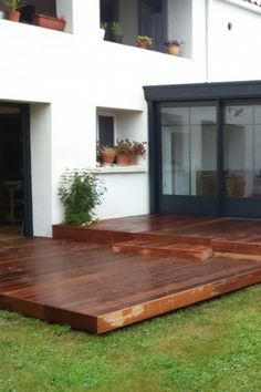 """""""Envie d'aménager votre extérieur et profiter plus de votre jardin avec une magnifique terrasse en bois ? Alors comment choisir ? Terrasse en bois exotique ou en bois de pin classique. Quel type de sol ?   Les choix et options sont divers et variés. Nous vous aidons à choisir et à trouver le meilleur artisan pour faire vos travaux d'installation. #terrasse #terrassebois #jardin #maison #devis"""
