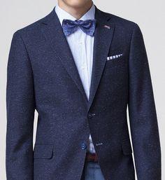 La pajarita se ha modernizado para usarse con prendas más relajadas como blazers y camisas de colores.