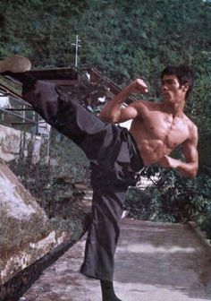 It is very stereotypical to associate karate with asian decent. Those who are asian are not the only ones who partake in this sporting event, nor are they limited to only karate. Bruce Lee Art, Bruce Lee Martial Arts, Bruce Lee Quotes, Ben Bruce, Bruce Lee Body, Kung Fu, Karate, Martial Arts Movies, Martial Artists