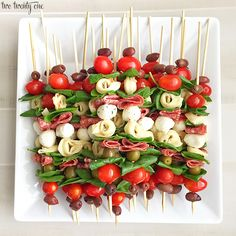 Antipasto skewers: easy to make and perfect for any occasion. These antipasto skewers are excellent appetizers for parties, picnics, and more! No Cook Appetizers, Appetizers For Party, Simple Appetizers, Skewer Appetizers, Skewer Recipes, Appetizer Recipes, Appetizer Ideas, Tasty Dishes, Food Dishes