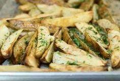 Еще больше рецептов здесь https://plus.google.com/116534260894270112373/posts  Печеный картофель   Печеный с травками и специями картофель очень вкусный и более полезный, чем картофель фри. Может быть самостоятельным блюдом с салатом, а может – отличным гарниром к мясным блюдам.   Ингредиенты:  Картофель – 700-800г Лук – 1 Чеснок – 2 зубчика Душица сушеная – 0,5 чайной ложки Сладкая паприка – по вкусу Соль – по вкусу Черный молотый перец – по вкусу Растительное масло – 2 ст. ложки Картофель…