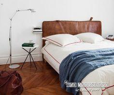 Combineer een warme eiken houten vloer met leer, denim-blauw en stijlvolle hoge plinten tegen de prachtig witte muren en je hebt een droomkamer!
