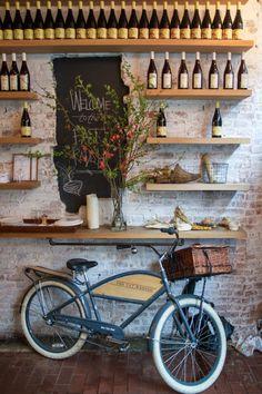 Un vélo vintage pour marquer l'ambiance de la cave à vin The Fat Radish | New York
