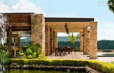 A área gourmet tem uma cozinha completa, muitas mesas, churrasqueira, forno de pizza e fogão a lenha. Fabio Galeazzo.