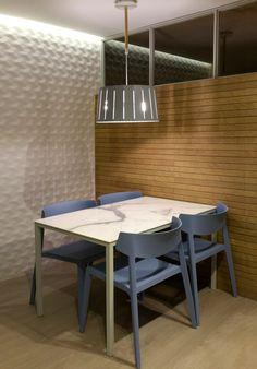 Office en cocina. Revestimientos porcelánico imitación madera y azulejo 3D.  Proyecto de AZ Diseño.