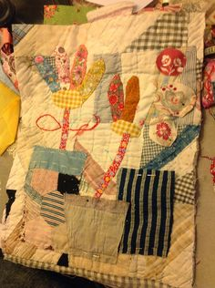 Thread and Thrift: Folk Art Flowers USA style be fun with my leftover homespun - Site Title Colorful Quilts, Small Quilts, Mini Quilts, Folk Art Flowers, Flower Art, Quilt Stitching, Applique Quilts, Fabric Art, Fabric Crafts