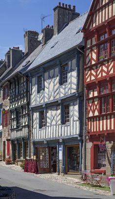 Maisons médiévales à colombage dans les rues de Tréguier. Côtes d'Armor, #Bretagne. Old colored medieval houses in the center of Tréguier a little town of northern Brittany, France.
