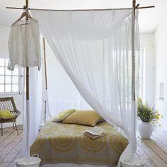 Un lit à baldaquin en bambou / Bamboo four-poster bed