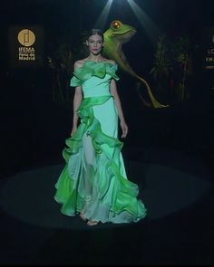 Gorgeous Ruffles Off Shoulder Green A-Lane Evening Maxi Dress / Evening Gown with small Train. Runway Show at the Mercedes-Benz Fashion Week Madrid by Hannibal Laguna Green Velvet Dress, Green Dress, Summer Wear For Ladies, Fashion Videos, Fashion Show, Prom Dress Couture, Hannibal Laguna, Emerald Dresses, High Fashion Dresses