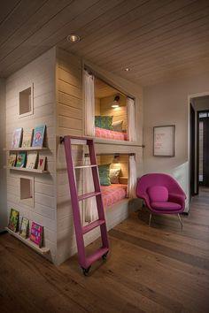 Kinderzimmer Design mit eingebauten Betten und Vorhängen