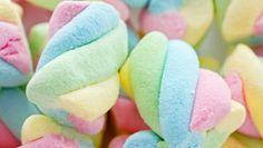 Malvaviscos caseros: nubes dulces en simples pasos                                                                                                                                                                                 Más Marshmello, Candy People, Sleepover Snacks, Candy Photography, Meringue Pavlova, Sugar Love, Chocolate Caliente, Pastel Colors, Colours
