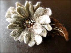 Filzblume, Filzblüte, Blüme, Blüte von  Seide Filz und Perlen auf DaWanda.com