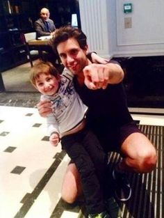 Aww MIKA with a toddler fan <3