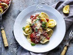 «Tortellini» med kjøttfyll og tomatsaus | Godt.no Tortellini, Nom Nom, Pasta, Meat, Chicken, Ethnic Recipes, Friends Forever, Dinners, Food