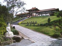 Locais zen perto da capital de SP: Templo Budista Zu Lai, em Cotia, cidade do estado de São Paulo, Região Sudeste do Brasil.