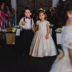 Aquele momento em que a daminha chega com seu pajem lindo e elegante vestindo RPacheco. 😍😍😍👔 Foto de @landersonviana no casamento de @fabriciocecatto e @jureissinger.  .  .  .  .  .   #PajemRPacheco #RPachecoNoivos #TrajeRPacheco #RPacheco #NoivosdoES #CasamentosnoES #Casamento #Casamentos2016 #Wedding #Celebration #Noivos2016 #EuAmoMeuNoivo #NoivasdoES #Noivos2016 #Noivas2016 #Pajem #Pajens