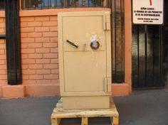 Caja De Seguridad Bash / con Llave y Clave / Color Crema / Usada / 13 – ChileRemates.cl http://www.chileremates.cl/varios/cajas-de-seguridad-usadas/