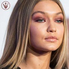 Olho esfumado com um tom marrom avermelhado com brilho Para deixar na pastinha de referências para o próximo make ❤️ #studiow #makeup #maquiagem #gigihadid