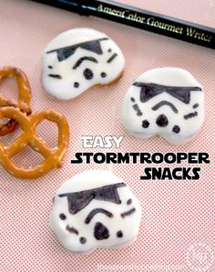 Calling all Star Wars Fans! No matter how big of a fan you are, you will want to indulge on fun themed Star Wars Eats and Treats. The snacks and desserts that are themed for Star Wars Fans of any age. Perfect for parties, birthdays and fun! Lego Star Wars, Star Wars Food, Star Wars Day, Birthday Party Snacks, Birthday Cupcakes, Pretzel Snacks, Dipped Pretzels, Anniversaire Star Wars, Star Wars Birthday